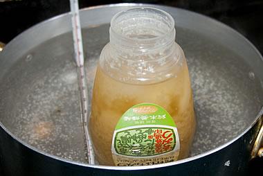 結晶した蜂蜜(固まったはちみつ)の戻し方(蓋を取って入れる)